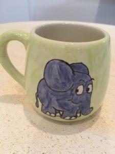Der kleine Elefant auf einem Kinderbecher